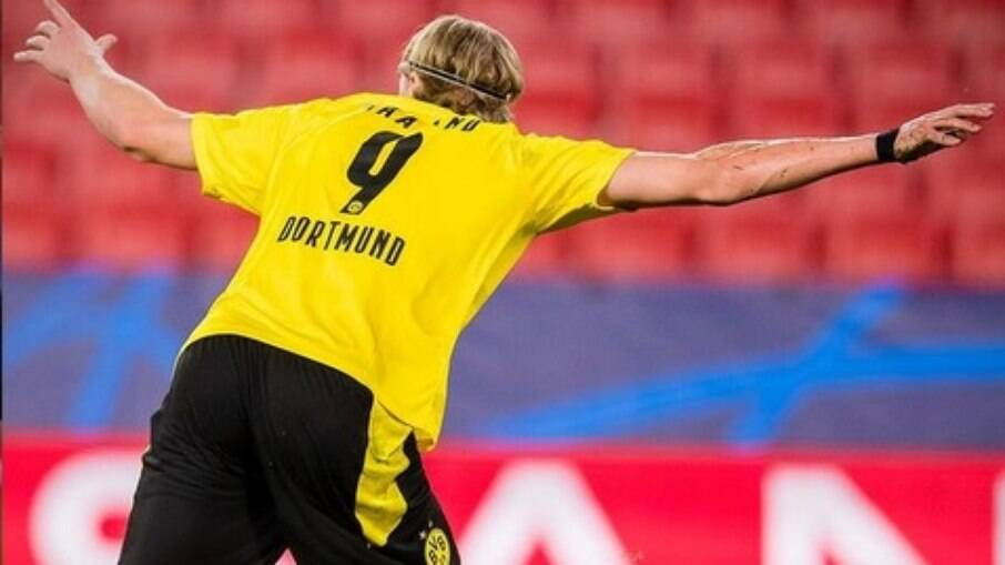 Haaland comemora um dos gols contra o Sevilla