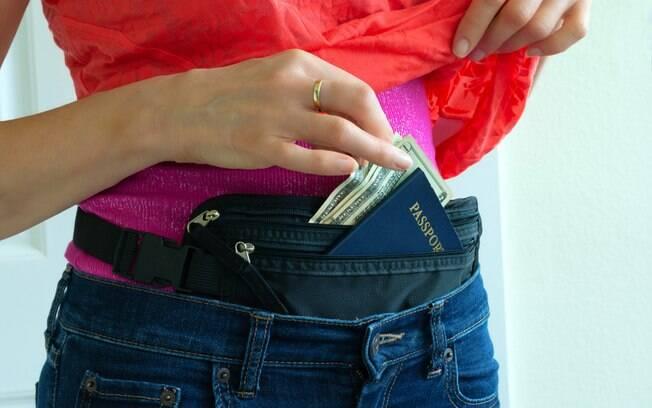Guardar o dinheiro em uma doleira de cintura é muito útil para manter a quantia protegida e sempre por perto do viajante