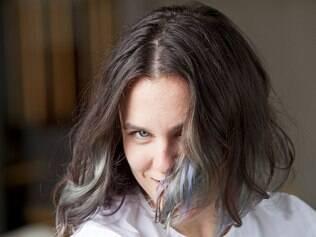 Julia Wideman pintou as pontas do cabelo de verde e lavanda