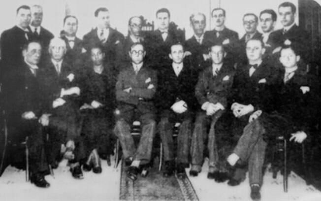 Antonieta (3ª pessoa sentada, da esq. para a dir.) com os colegas deputados na posse, em 1935