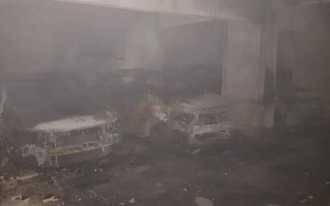 Garagem com carros destruídos em incêndio