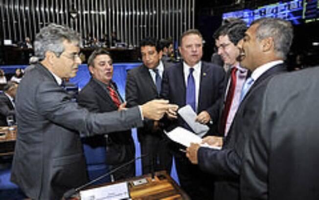Romário correu atrás de assinaturas no Senado para instaurar a CPI da CBF; pedido já foi protocolado (27/05/2015)