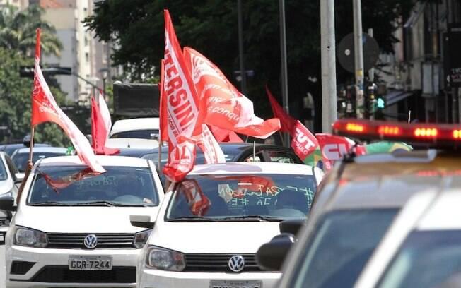 Manifestantes realizam carreata contra Bolsonaro no Centro