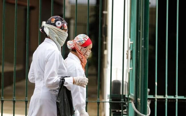 Nas ruas do Rio de Janeiro%2C pessoas se protegem contra o novo coronavírus