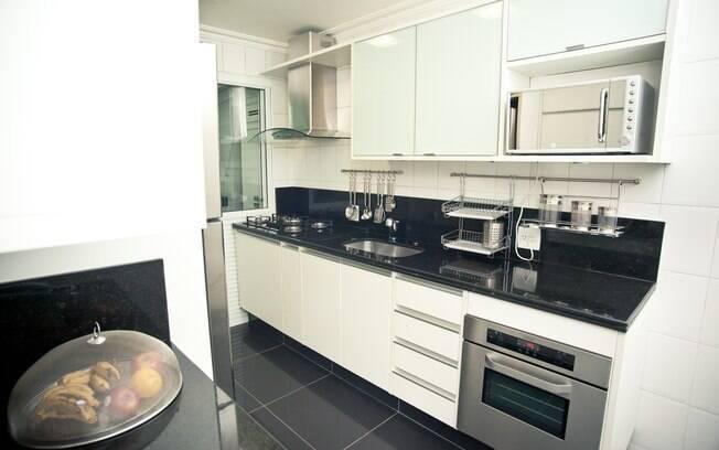 Mônica Fitipaldi mobiliou toda a cozinha por meio de um leilão na internet. Um armário que na loja estava R$ 20 mil saiu por R$ 2 mil