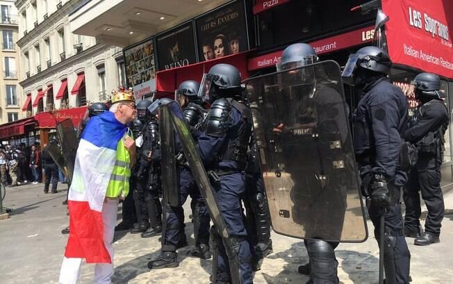Polícia usa gás lacrimogêneo para dispersar manifestantes no Dia do Trabalho