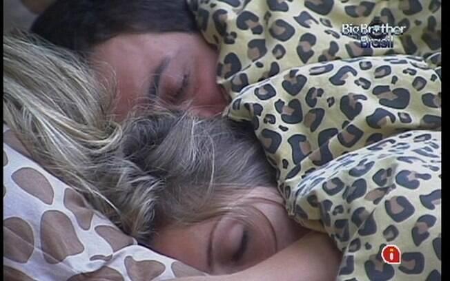 Rafa e Renata ficam abraçadinhos na cama de casal do Quarto Selva