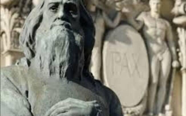 Estátua de Tiradentes em frente à Alerj