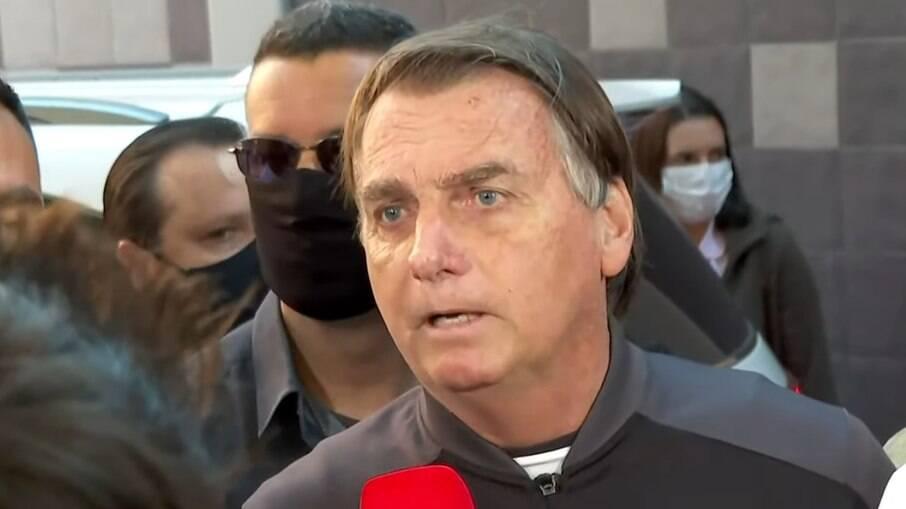 Bolsonaro deixou o hospital neste domingo (18)