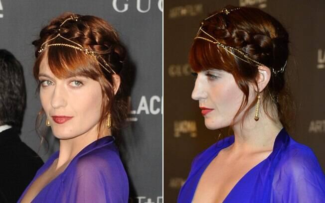 A cantora Florence Welch usa a coroa de trança adornada com fios de ouro