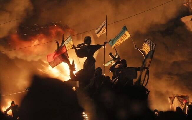 Polícia invade acampamento de protestos na Ucrânia; número de mortos sobe a 25