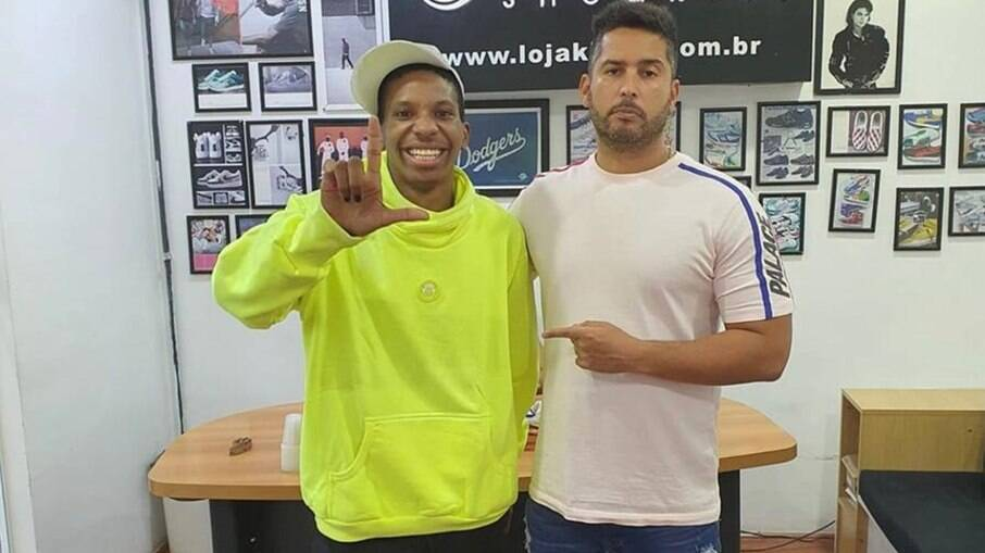 Lucas Penteado é recebido pelo CEO da King Sneakers durante visita a showroom