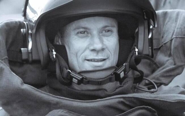 Subtenente PM Longuini, na foto utilizando o traje o Esquadrão de Bombas, uma das especialidades do GATE, não resistiu aos ferimentos após atropelamento
