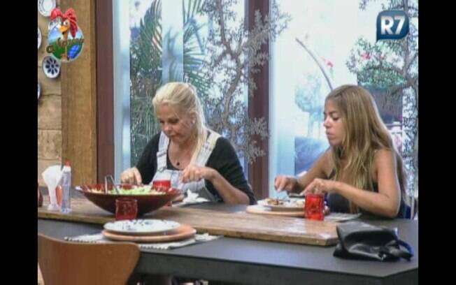 Monique e Raquel sentam para almoçar ao lado de Joana