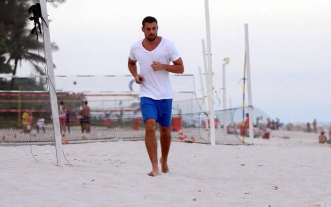 Cauã Reymond corre na praia após dia de gravação