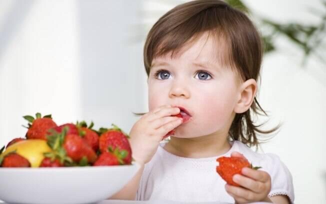 Ao invés de chocolate, dê à criança pedaços ou rodelas de frutas