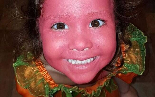 Sofia com o rosto pintado de batom rosa