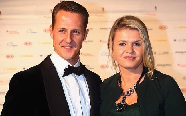 Michael Schumacher ao lado de sua esposa, Corinna Betsch