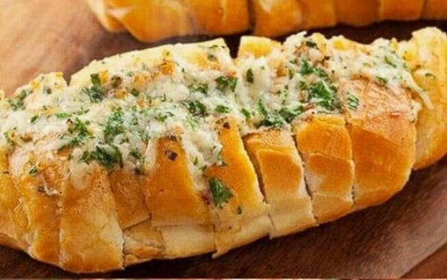 O pão de alho caseiro possibilita a adição de diversos ingredientes, podendo criar diversas receitas da iguaria
