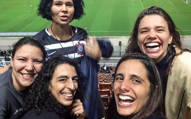 Bruna Linzmeyer, Priscila Fiszman e outras três amigas no Pacaembu