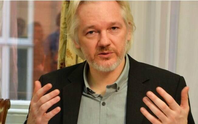 O fundador do Wikileaks alega ser perseguido por ter divulgado documentos sigilosos de diversos governos
