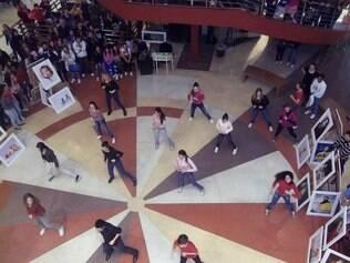 Bruno e o grupo dançam...