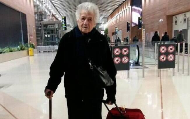 A imagem de dona Irma, tirada pela neta no aeroporto, viralizou no Facebook