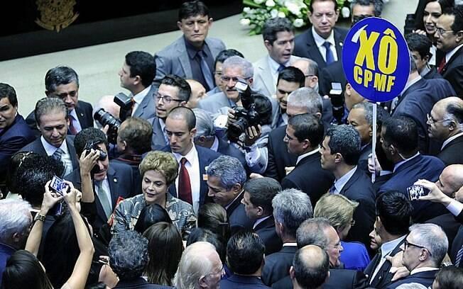 A presidente da República é cercada por parlamentares ao chegar ao Congresso, nesta terça-feira
