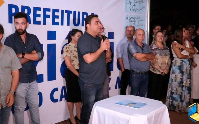 Prefeito de Luziânia discursando em um evento.