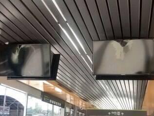 Os monitores depredados foram flagrados por um usuário da plataforma
