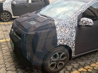 Hyundai testa unidades disfarçadas do i10 no Brasil, onde o carro deverá se chamar HB10 quando for lançado