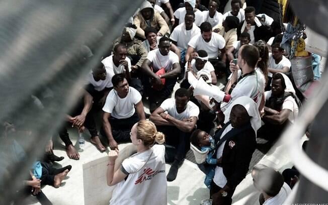 Rejeitada pela Itália e por Malta, embarcação com 629 refugiados irá para Espanha a convite de premiê