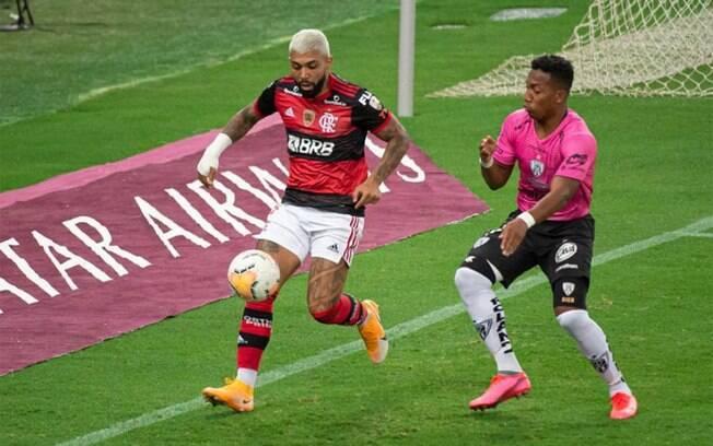 Gabigol torce o tornozelo e deixa o jogo irritado com o gramado do Maracanã