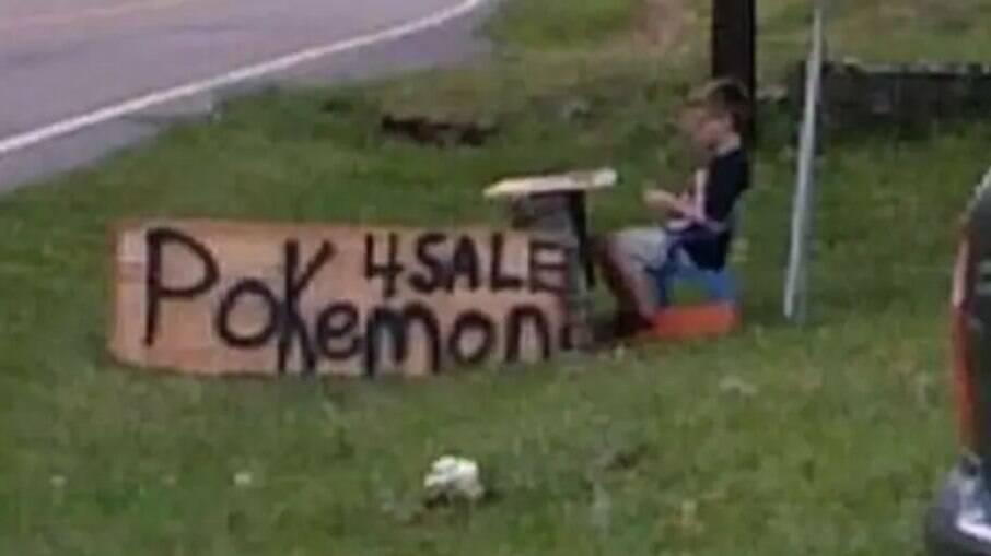Menino vendendo suas cartas de Pokémon para salvar cachorro de estimação