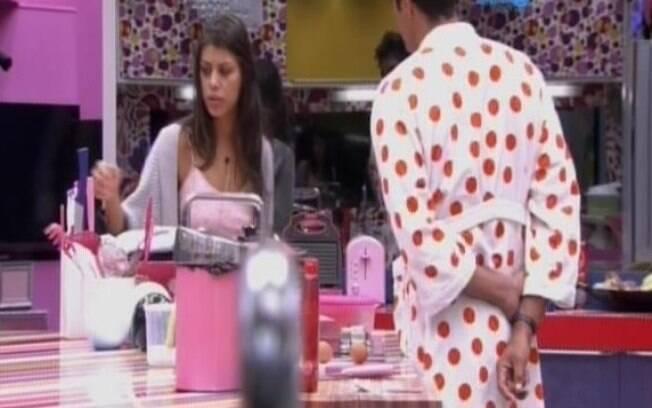 Franciele e Diego conversam na cozinha