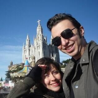 Casal em viagem a Barcelona, onde Adriana foi pedida em casamento