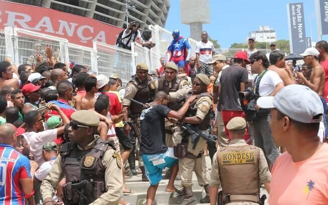 Polícia Militar tenta conter torcedores do Bahia durante venda de ingressos para clássico com o Vitória