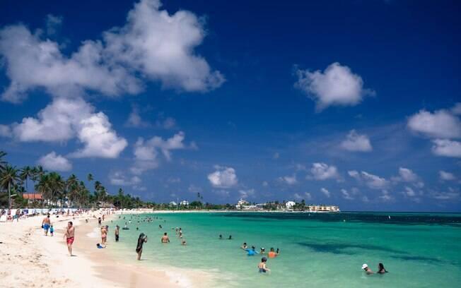 A praia de Spratt Bight é uma das principais da ilha de San Andrés, e conta com um caminho que leva do aeroporto aos hotéis. Foto: shutterstock
