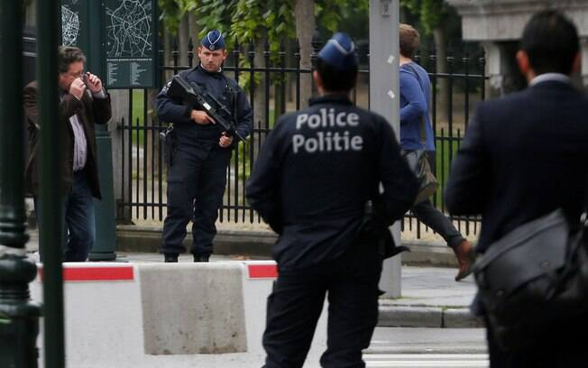 Policiais belgas fazem de patrulha no centro de Bruxelas