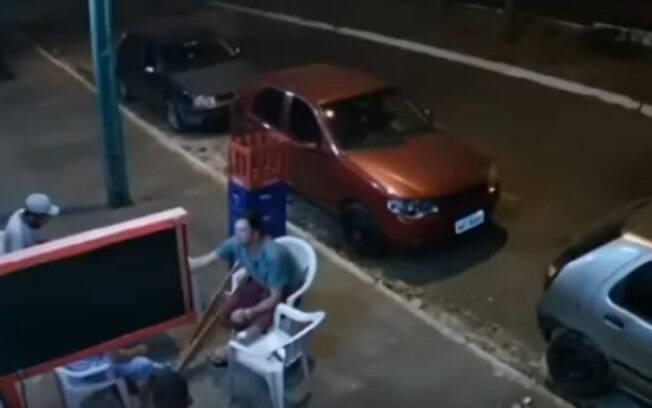 Um homem de muleta foi atingido por uma roda que se desprendeu de um carro em movimento.