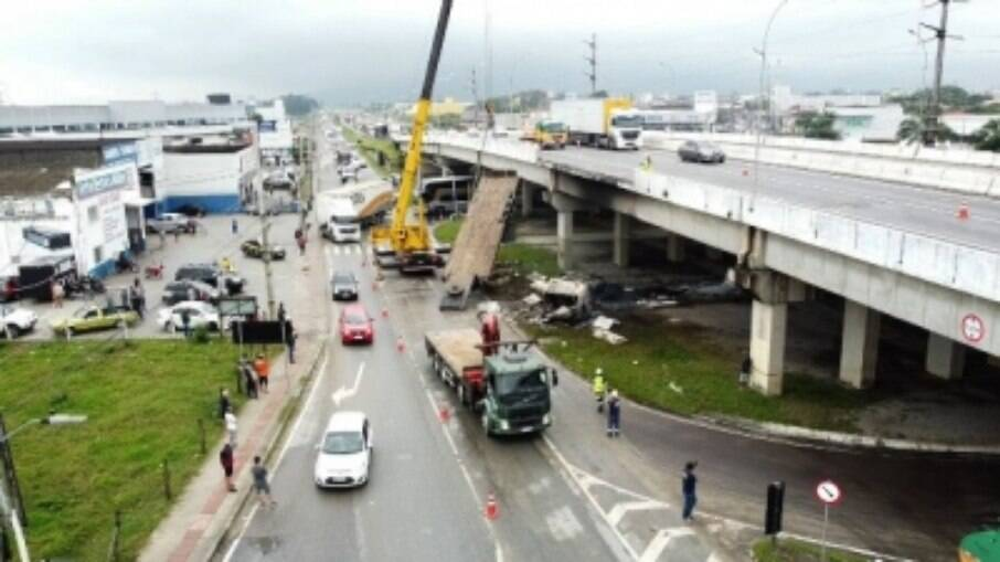 Caminhão sendo retirado