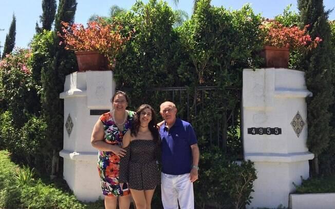 Lívian Aragão com os pais no exterior