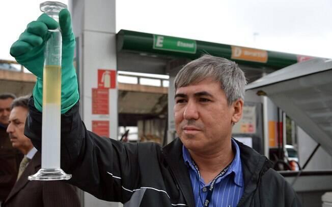 Teste da proveta mede a densidade do combustível e pode acusar se houve ou não adulteração
