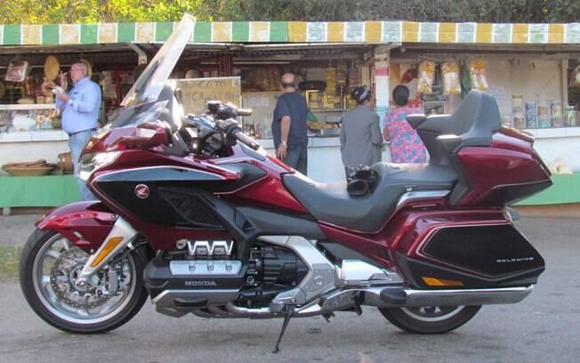 Honda Gold Wing GL 1.800 Parada na estrada para uma fruta. Mas a Gold Wing fica melhor rodando