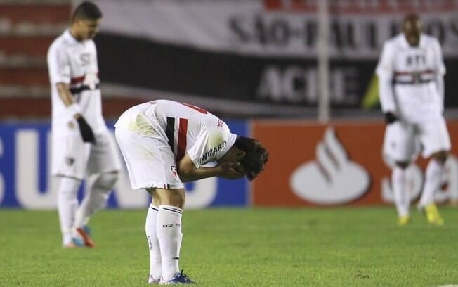 Jogadores do São Paulo lamentam derrota para  o Strongest