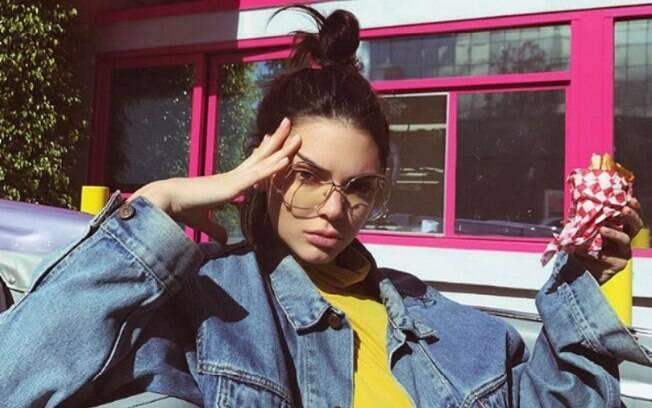 Kendall Jenner é uma das celebridades que finge enxaqueca em pose para tirar foto; veja como fazer o mesmo