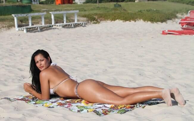 Flávia Piana se bronzeia em praia carioca