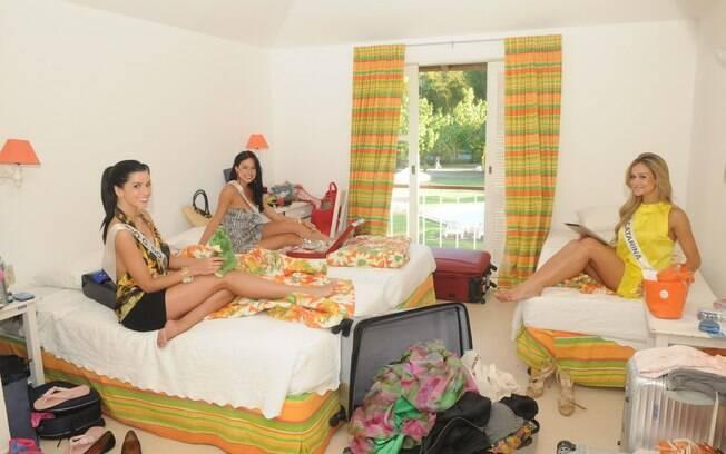As misses se arrumam em seus respectivos quartos: no meio do caos