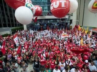 Manifestantes se concentram em frente ao prédio da Petrobras, na Avenida Paulista, antes de ato em defesa da estatal, dos direitos dos trabalhadores, da democracia e da reforma política