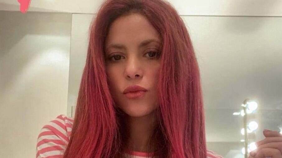 Shakira pinta o cabelo de rosa